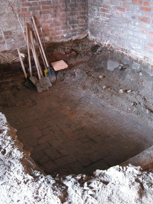 1. Был обнаружен и законсервирован первоначальный пол ёлкой. Поваренный корпус 1570-х гг