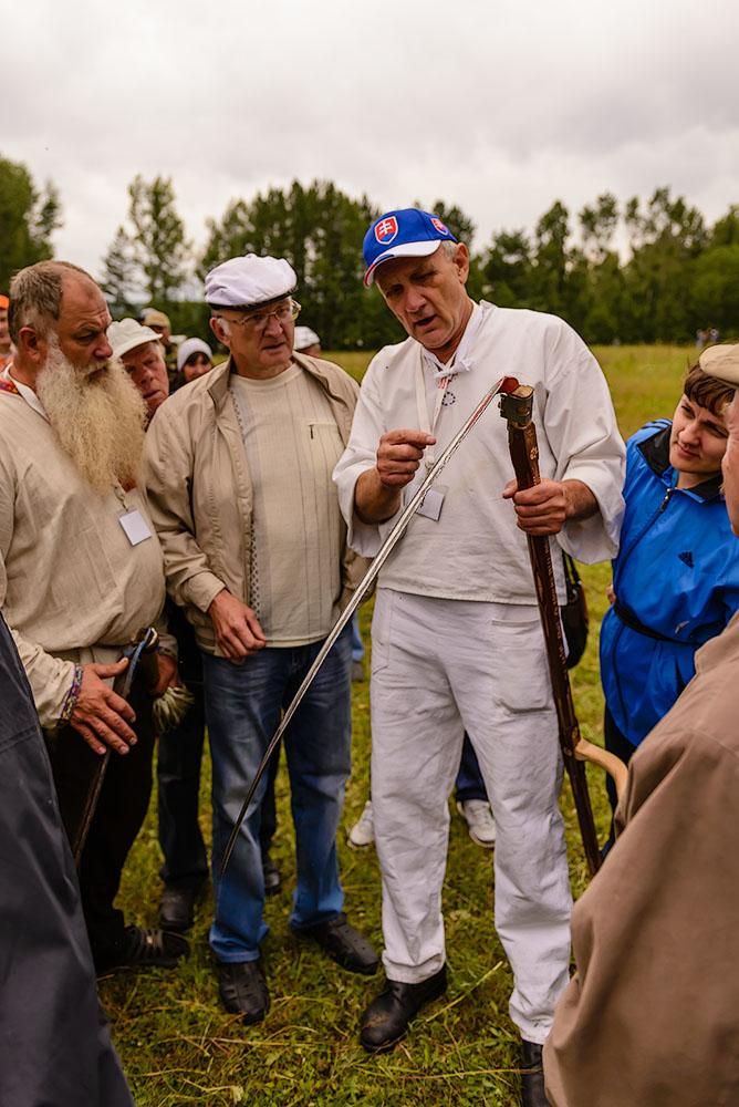 Фото 36. Пояснения словацкого косаря с интересом слушают не только наши уральские мужики, но и женская половина визитером турнира. 1/3200, -1.0, 2.8, 320, 24.