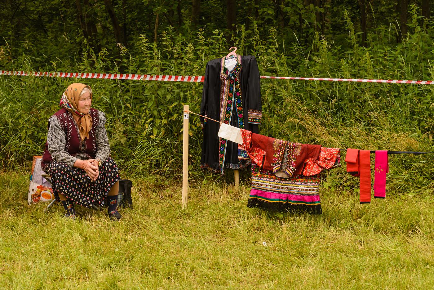 Фото 43. Продавец национальных костюмов на фестивале в поселке Арти. 1/320, 7.1, 560, 70.
