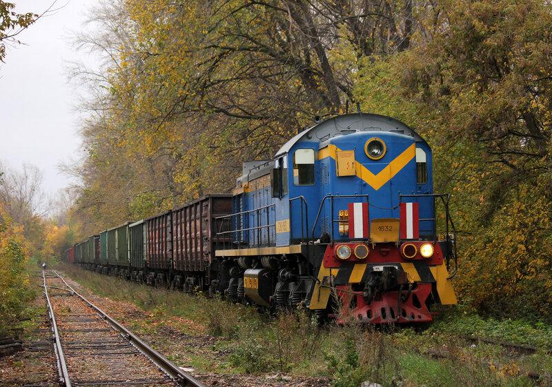 ТЭМ2-1632 на подъездном пути осаживает вагоны на станцию Уршак