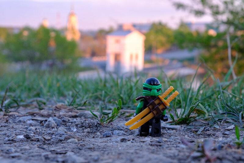 воин ниндзяго смотрит стоит на земле и смотрит на каменскую плотину