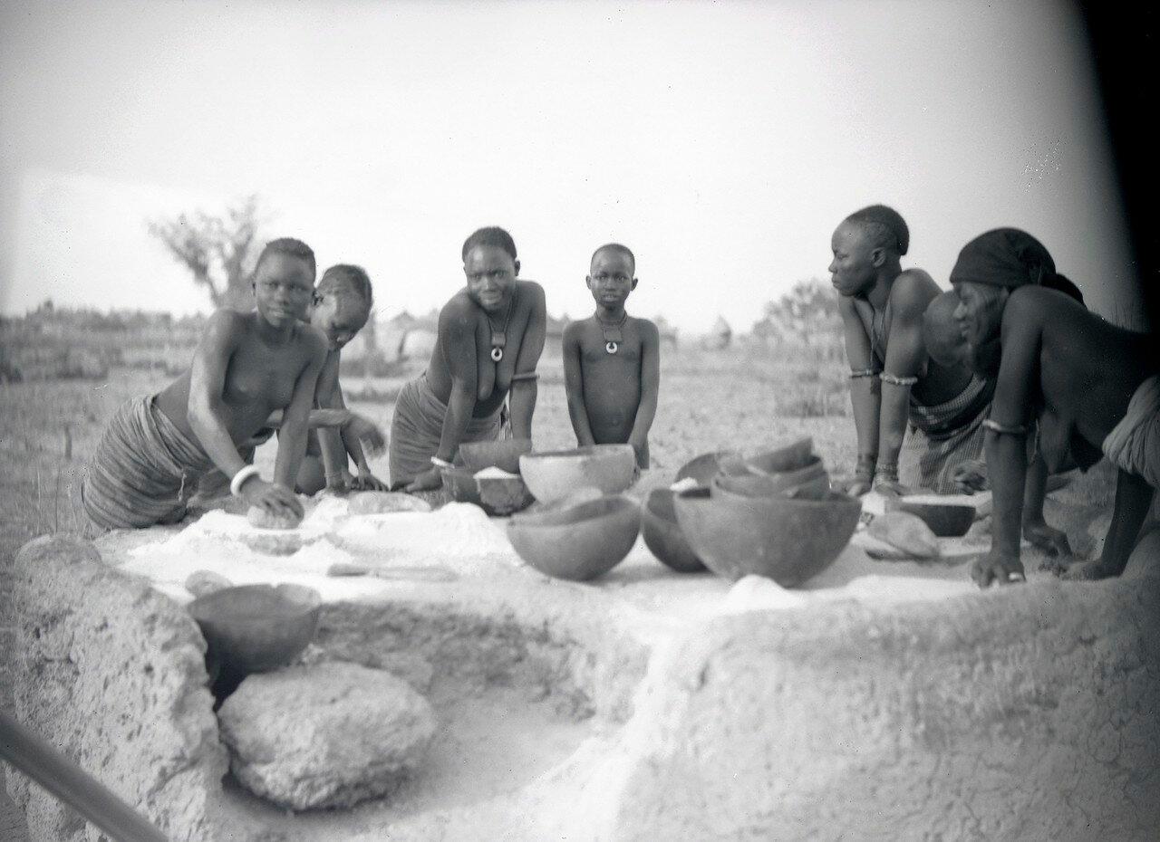 Каждый вечер женщины деревни  используют общественные жернова, чтобы размолоть зерно