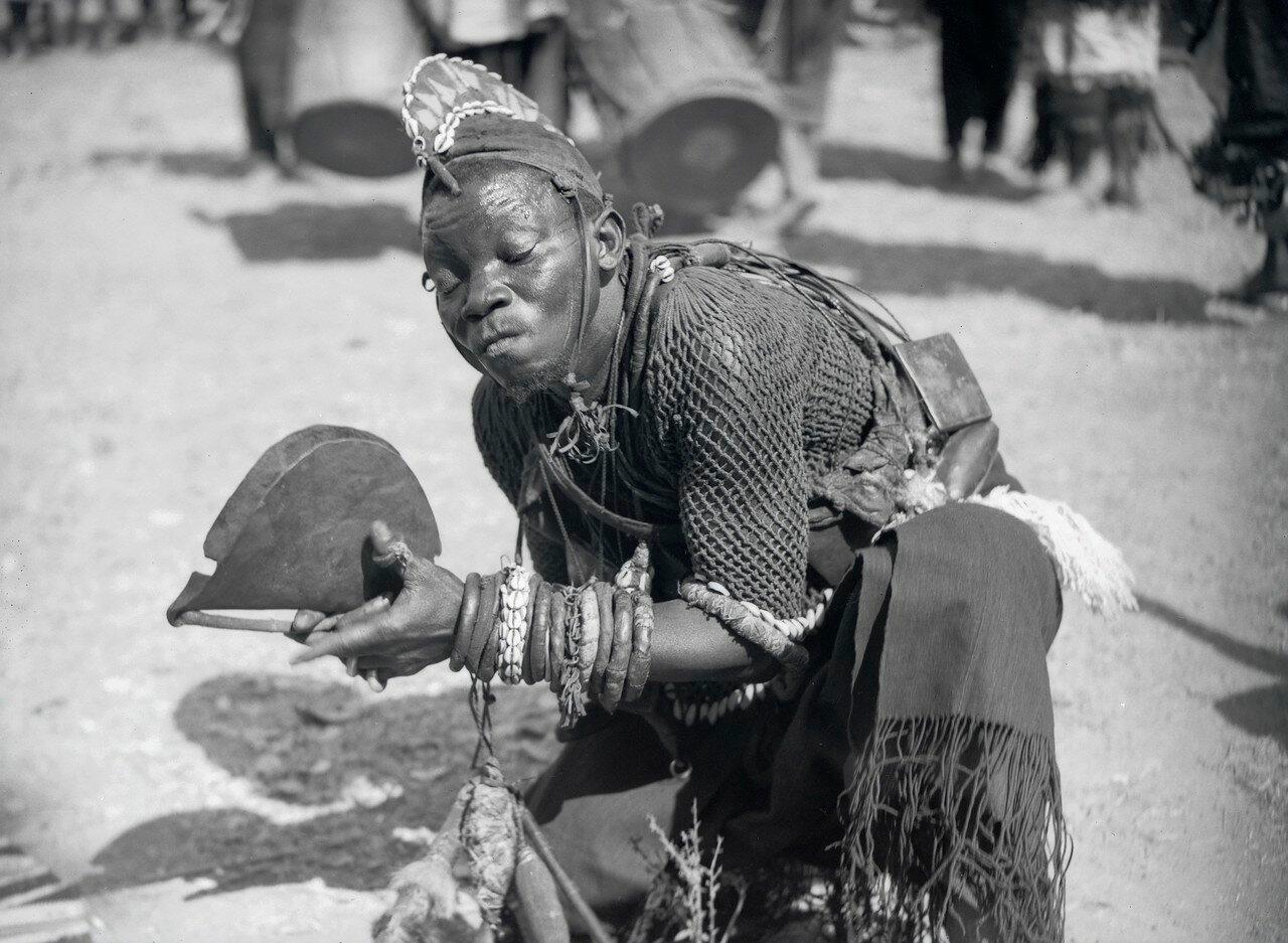Местный колдун во время традиционной церемонии