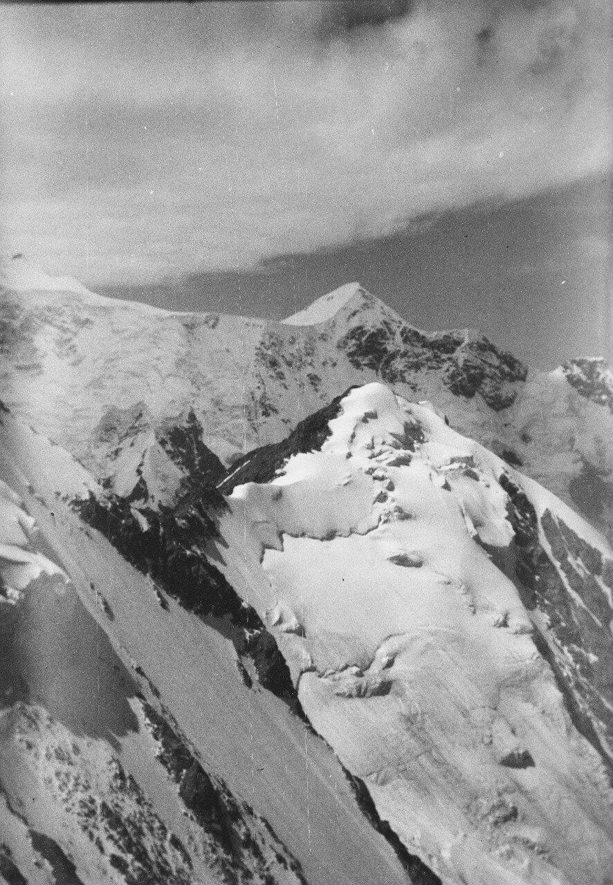 18 августа. Группа II. Дых-тау (5058 м). Первое восхождение по южному хребту Дых-тау. Вид на запад к Гестоле