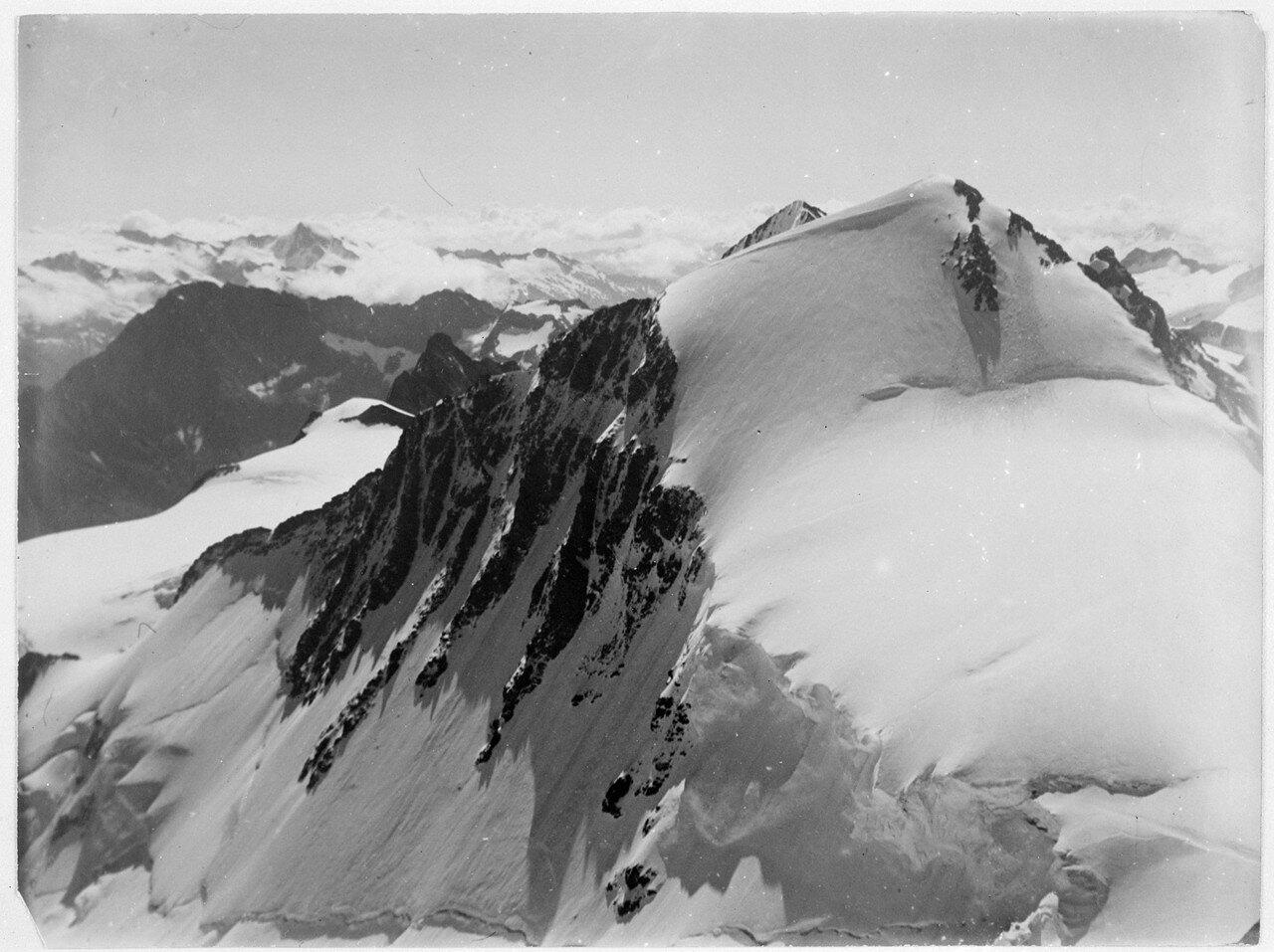 23 августа. Группа II. Дых-тау (5058 м). Первое восхождение по южному хребту Дых-тау. Вид с юга во время спуска с Дых-тау по северному хребту