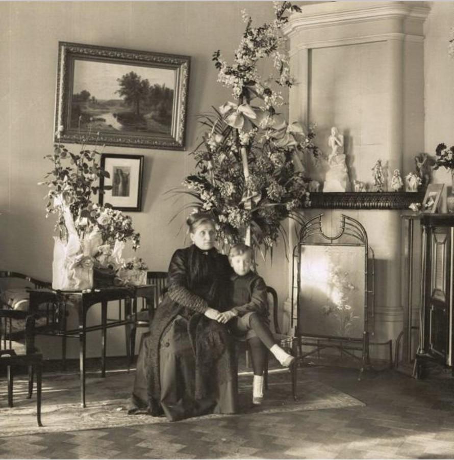 Женщина с ребенком в гостиной