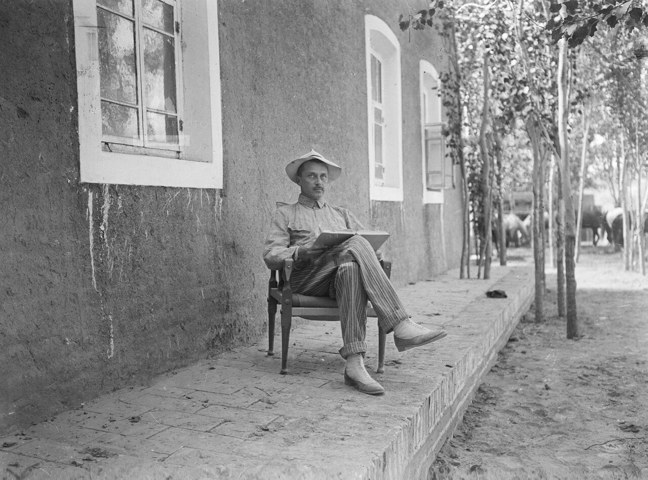 Маннергейм сидит возле своего дома