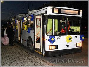 Кишинёвцы отметили свою свадьбу в троллейбусе
