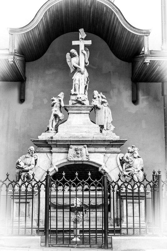 Памятник у Бернардинского моностыря