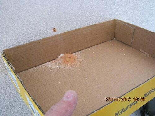 При сверлении отверстий очень удобно использовать коробку для сбора пыли