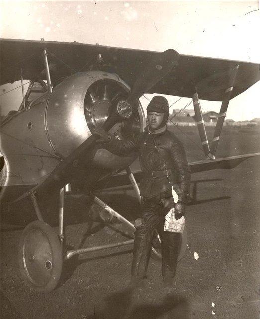 Военный летчик СКОРОХОДОВ из 18-го корпусного ао (будущего 40-го разв. ао) у аэроплана Ньюпор-23. Николаевск август-сентябрь 1918 г..jpg