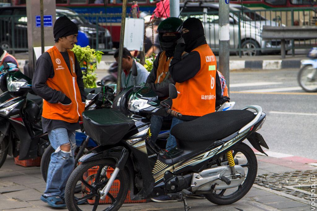 Мото-таксисты в Бангкоке