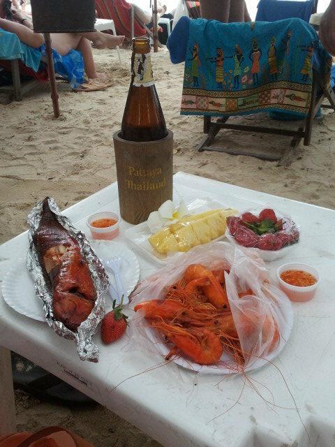 Еда в Таиланде - обед на пляже в Паттайе (Food in Thailand - lunch on the beach in Pattaya)