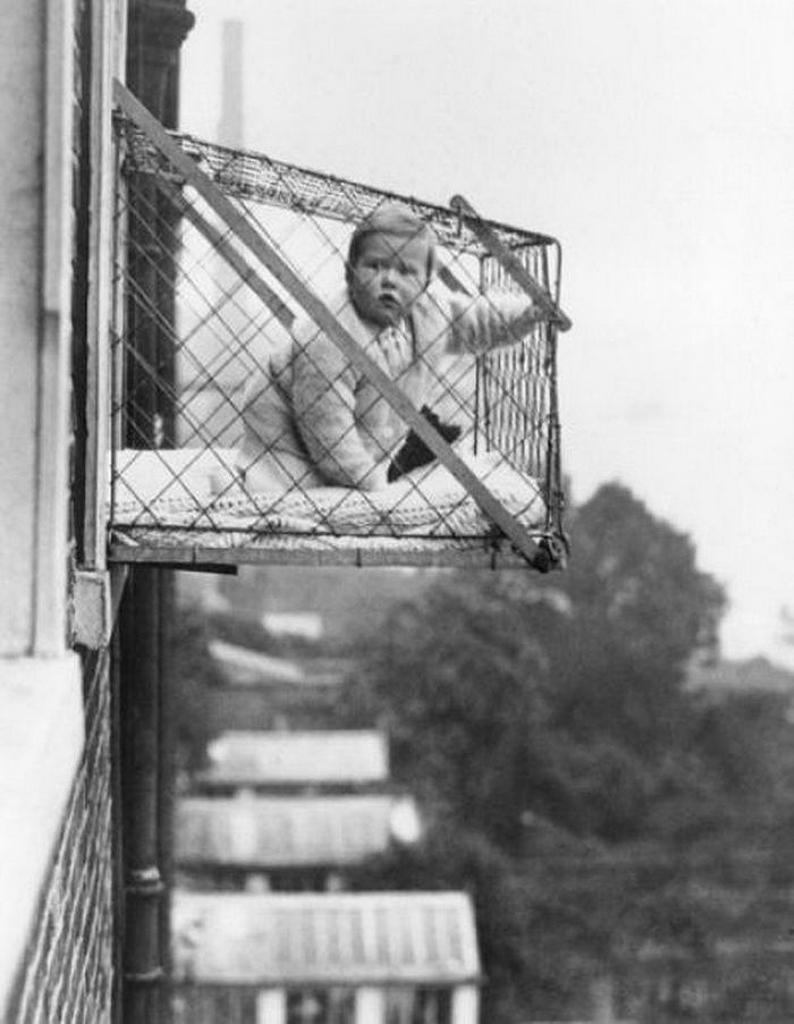 Детские клетки, чтобы ребенок, живущий в квартире, получал достаточно солнечного света и свежего воздуха, ок. 1937 года.