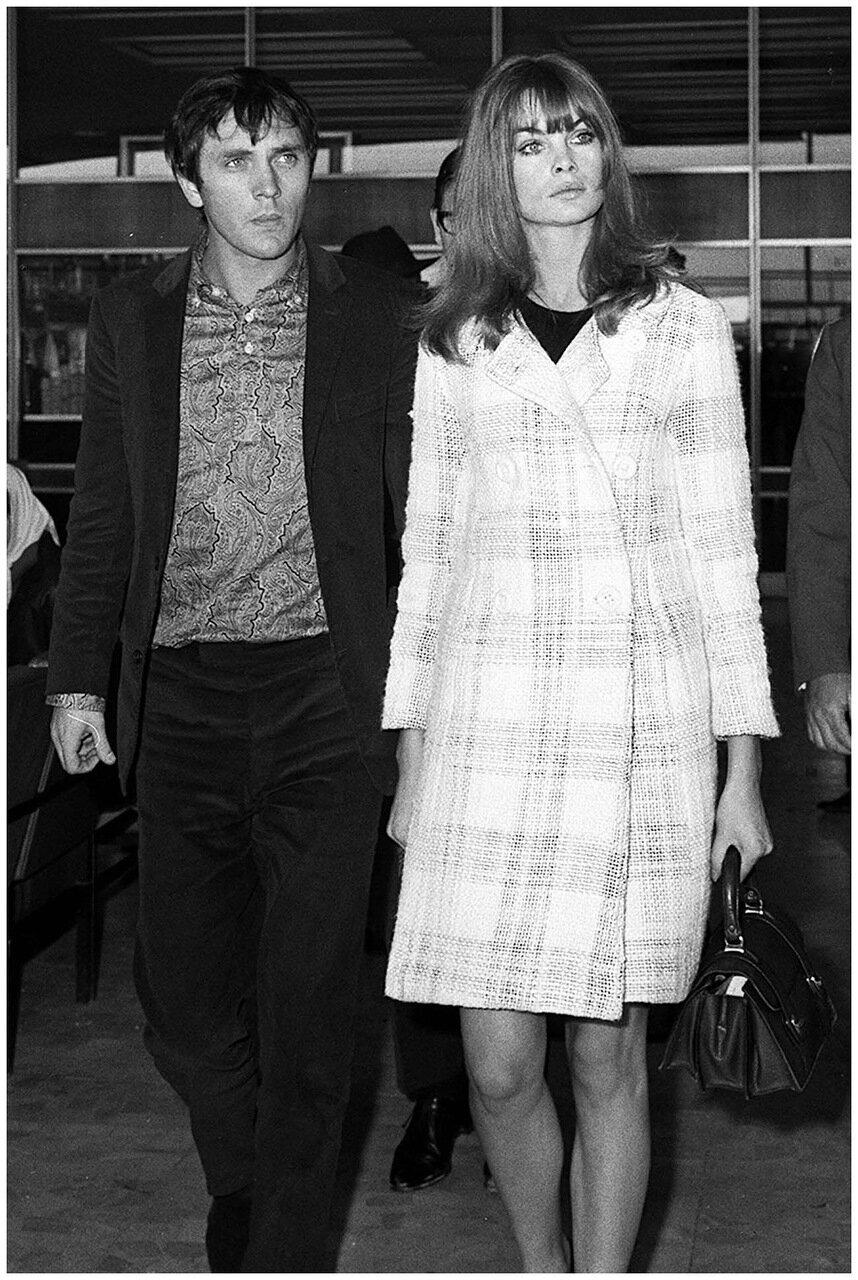 Модель Джин Шримптон и ее друг актер Теренс Стамп в аэропорту Лондона
