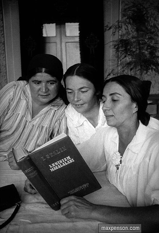 Женщины за чтением работ Сталина