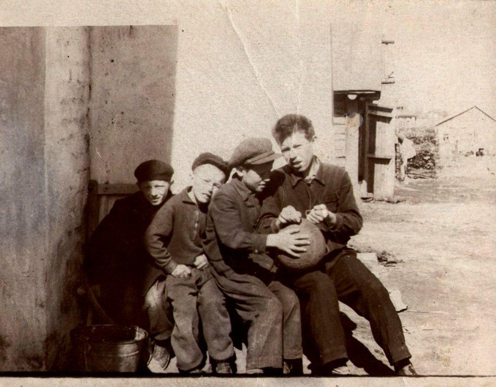 1960. Пацаны зашнуровывают футбольный мяч