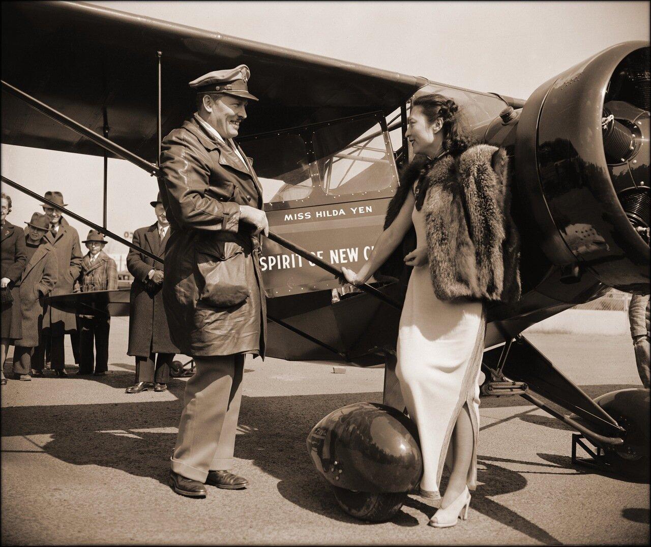 1939. Китайская летчица получает в дар от полковника Роско Тернера новый самолет, Вашингтон, округ Колумбия