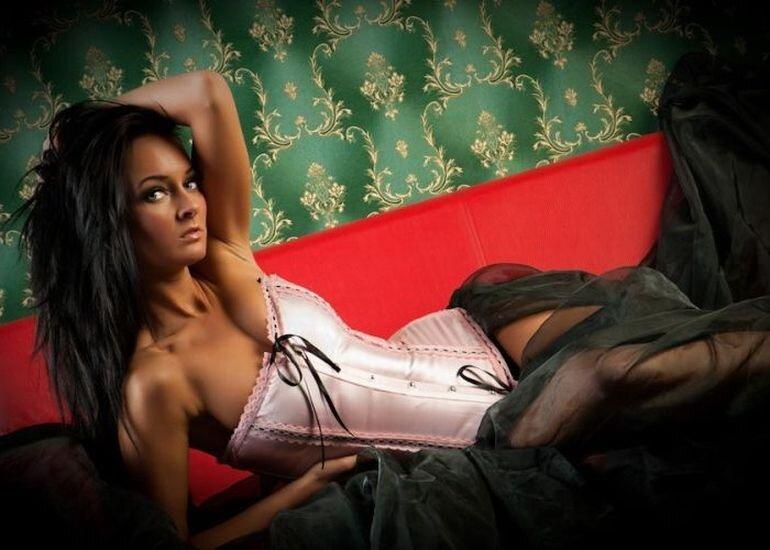 Эротика в розовом корсете 26 фотография