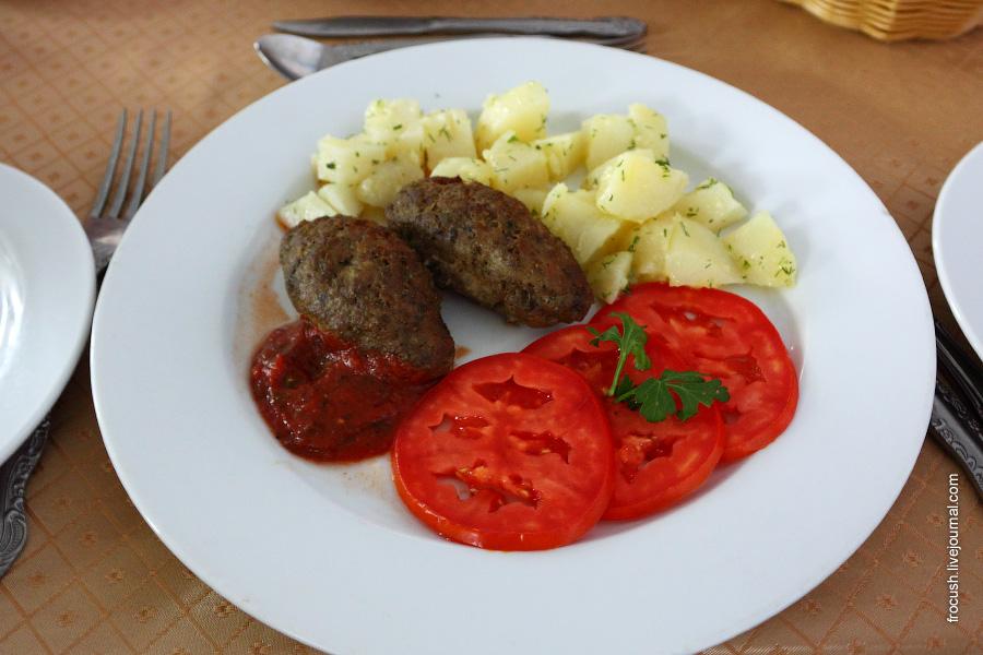 Люля-кебаб (колбаски из рубленого мяса жаренные на открытом огне) из говядины и свинины, соус шашлычный (помидор, кетчуп), овощи свежие, картофель отварной