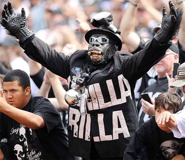 болельщик команды чемпионата НФЛ по американскому футболу Oakland Raiders fans