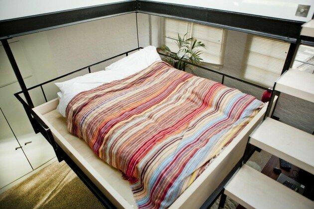 Подвесная кровать под стеклянной крышей
