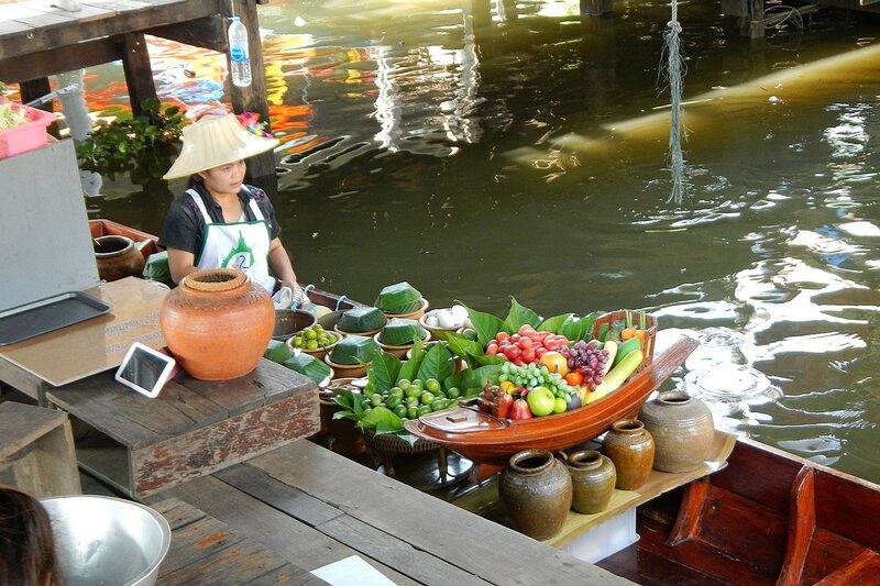 Продажа овощей и фруктов с лодки на плавучем рынке Талинг Чан (Бангкок, Таиланд)
