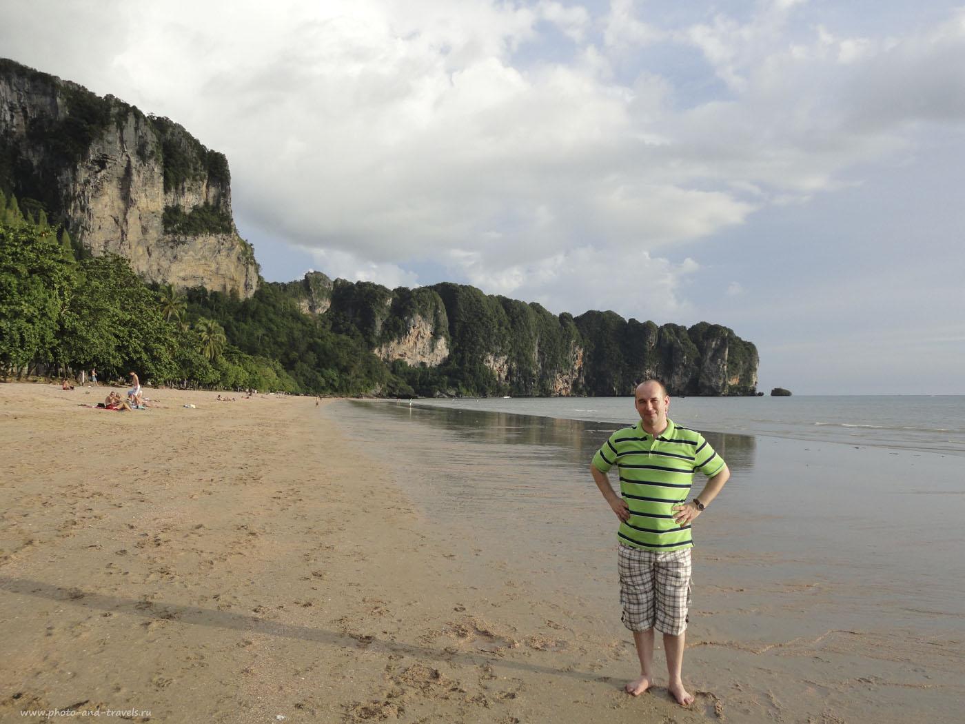 Фотография 2. Отдых в Таиланде самостоятельно. Тихий вечер на пляже Ао Нанг (Ao Nang) в провинции Краби. На заднем плане скалы, за которыми скрываются пляжи Рейли (Railay Beach). Туда можно добраться только на лодке. В отзыве о туре по Таиланду за рулем весной 2015 рассказал, как самостоятельно доплыть до островов или до Рейли.