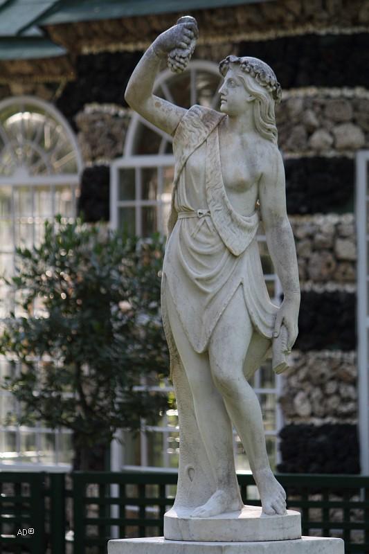 Статуя во Дворце Монплезир