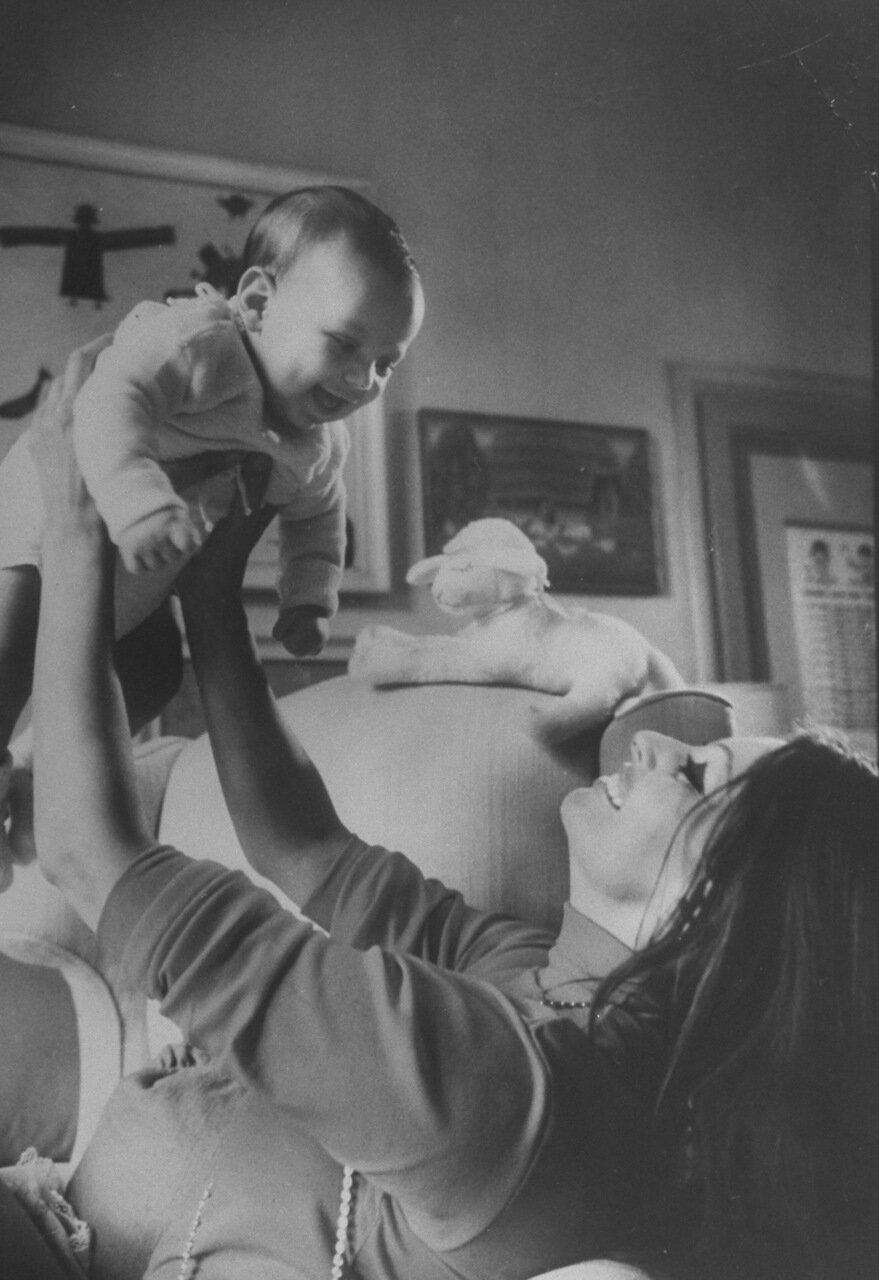 1969. Софи Лорен со своим проборожденным сыном Карлом Понти в спальне на своей вилле. Сын вырастет и станет дирижером