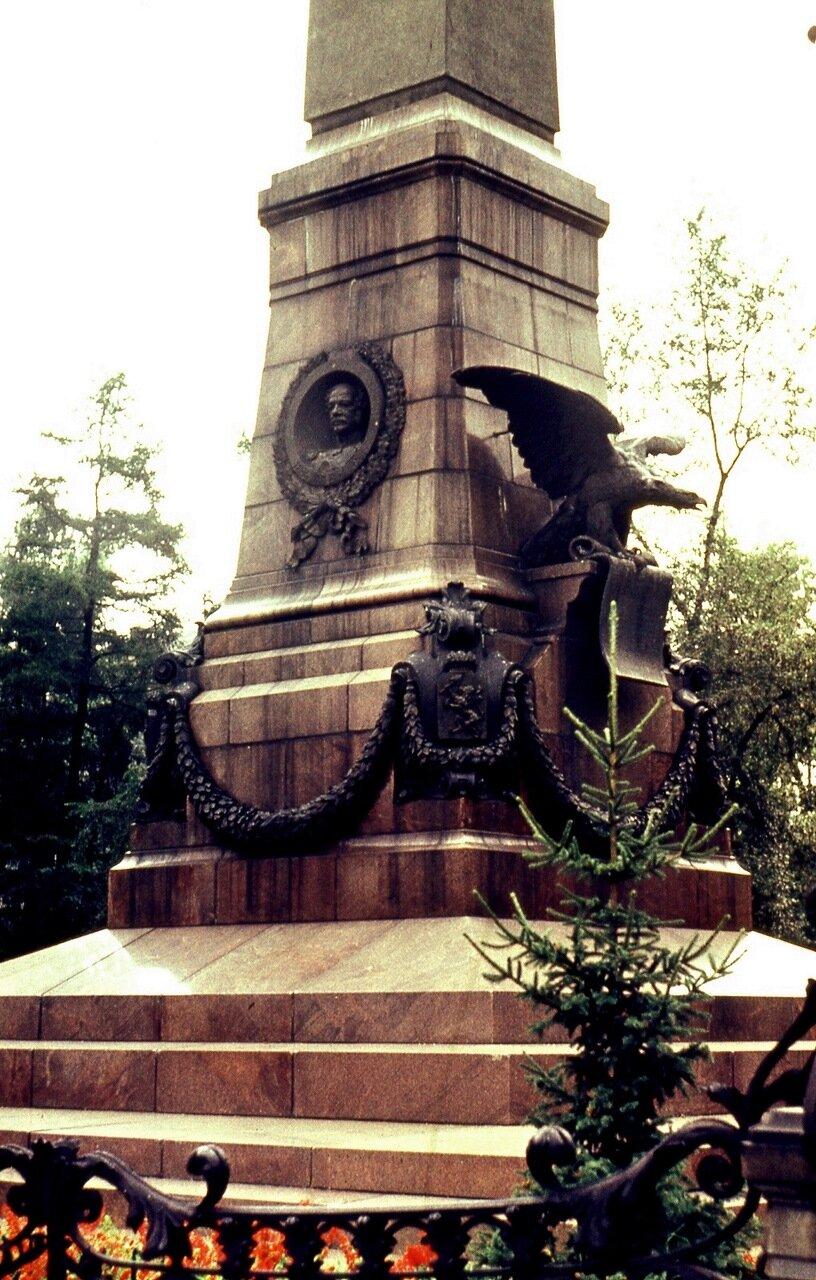 9.  Изуродованный памятник Александру III