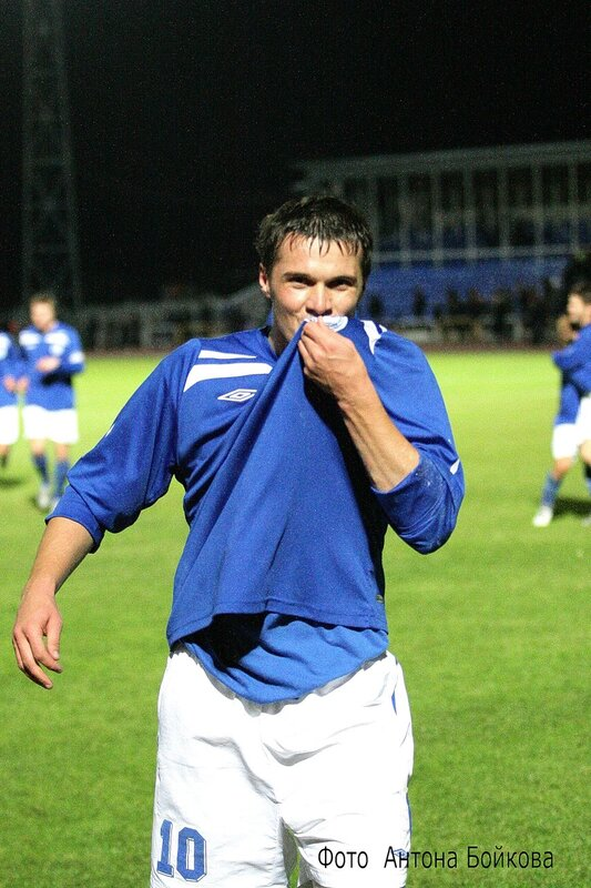 12 октября 2010 г. Автор победного гола Андрей Козлов направляется к сектору фанатов ! Ему есть , что сказать фанам за такую поддержку на выезде !