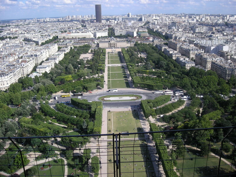 Париж. Марсово поле, вдали Военная школа