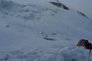 Ночевки на 5300. Видны ледовые обвалы со склонов Хан-Тенгри.