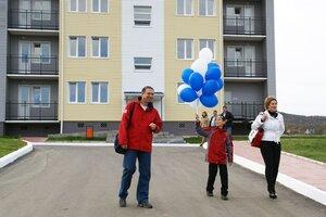 Сергей Дарькин вручил свидетельства на квартиры молодым семьям из Уссурийска