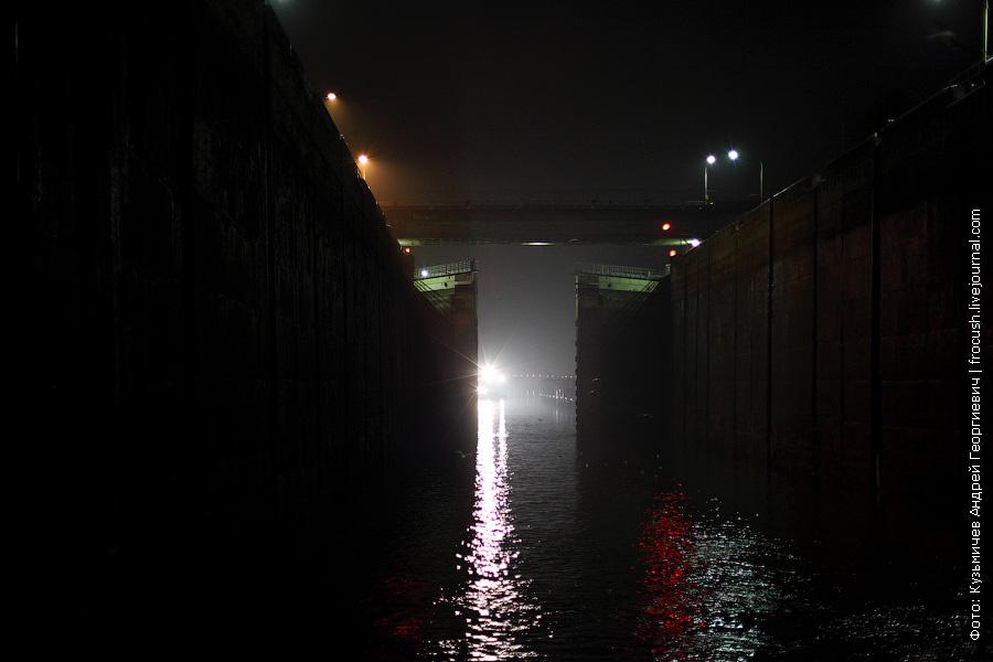 ворота рыбинского шлюза закрываются ночное фото