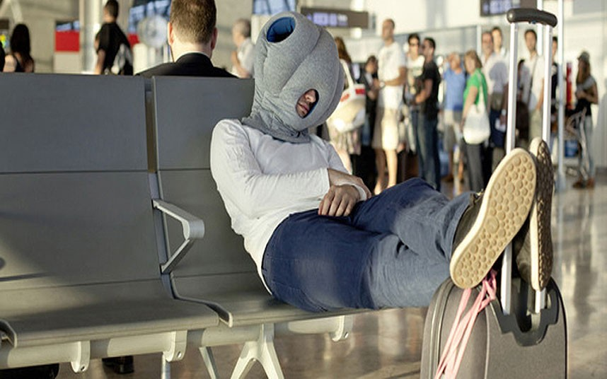 9. Ostrich Pillow («Страусиная подушка») — переносное приспособление, которое поможет спать где угод