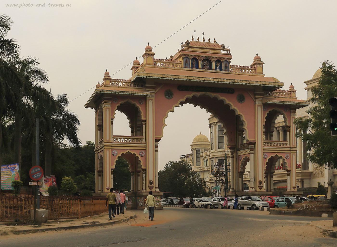 Фото 1. Отзывы туристов об экскурсиях в Индии. Арка в городе Бангалор в штате Карнатака. Камера Canon EOS 6D. Объектив CanonEF 17-40mm f/4L USM. Настройки, использованные при съемке: выдержка 1/800, экспокоррекция -1EV, f/6.3, ISO 200, фокусное расстояние 32 мм.