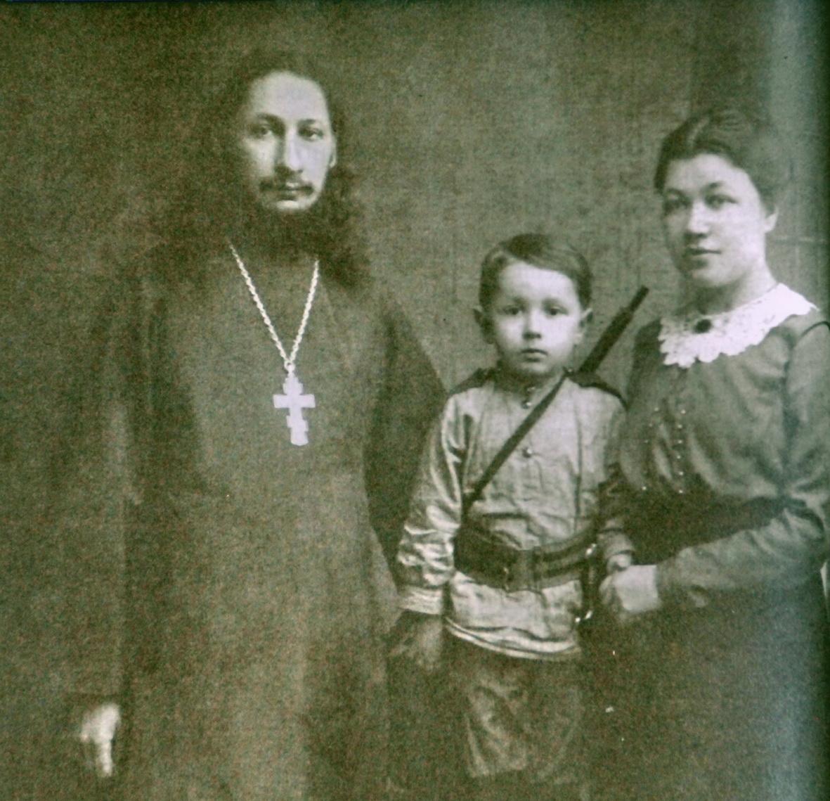 1915. Супруги Флоренские с сыном Василием. Сергиев Посад.