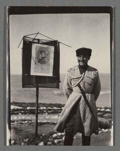 28. Офицер у плаката с портретом Врангеля