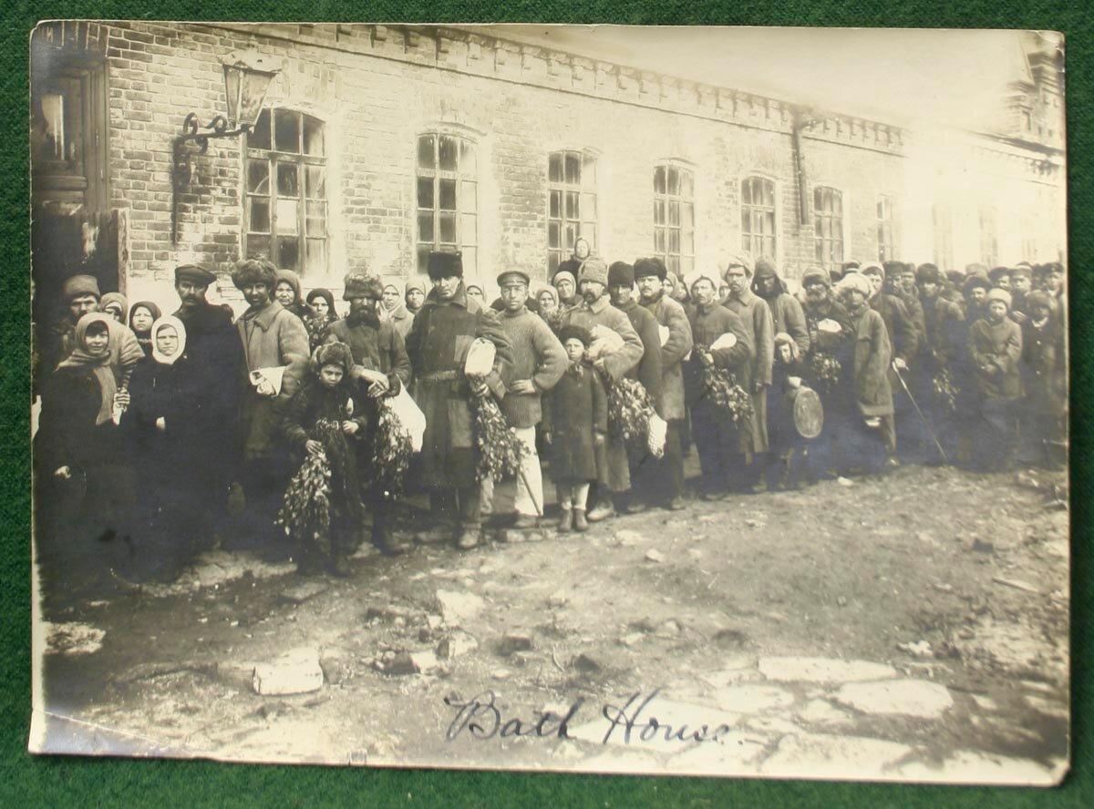 1920-е. Очередь в баню