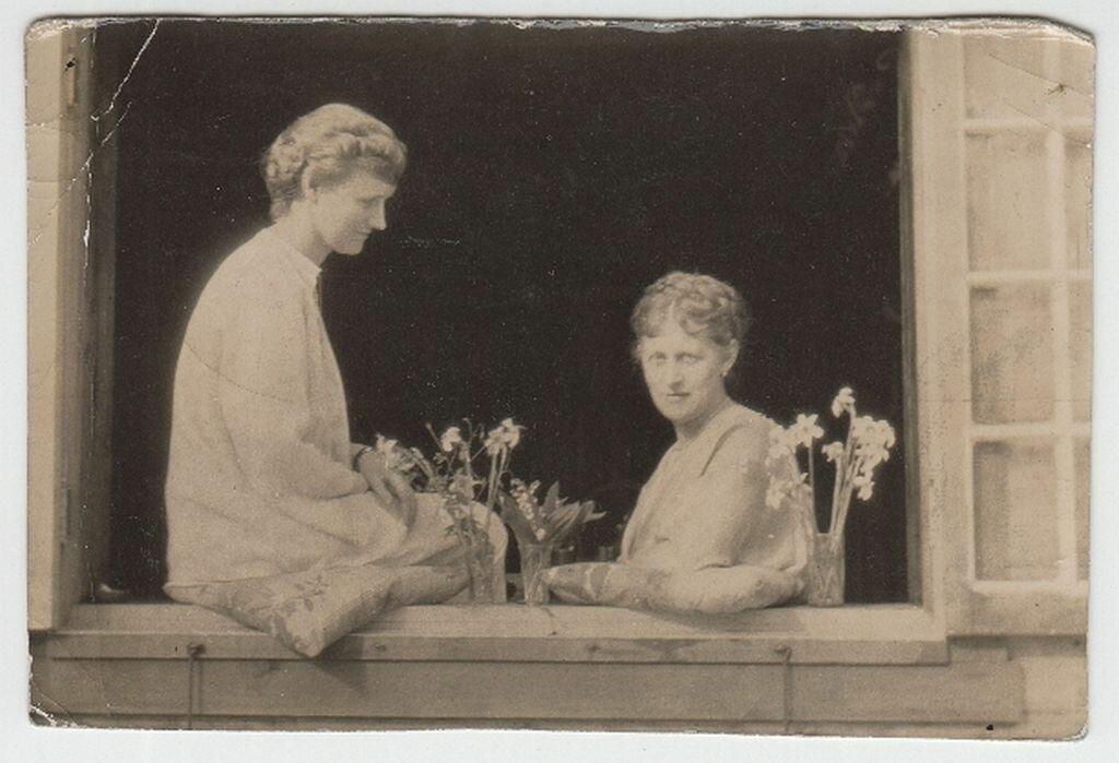1929. Эвелина Майделл с сестрой Илзе Франк у кухонного окна фермы Майделлов фермы «100 акров» в штате Коннектикут