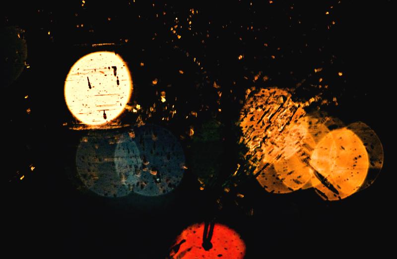 размытые огни через мокрое стекло
