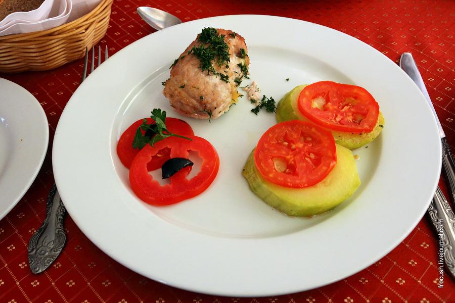 Рулет из свинины с беконом и сыром, кабачки жареные с помидорами