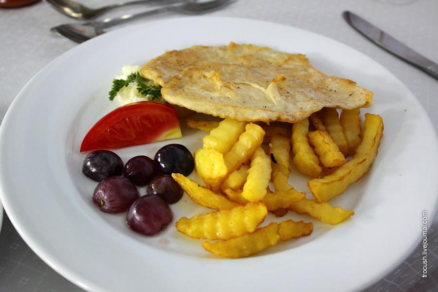 Куриная грудка жареная, картофель фри, овощи свежие
