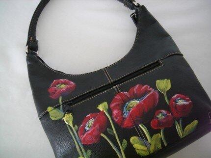 Дешевую сумку, купленную на распродаже, можно изменить до неузнаваемости...