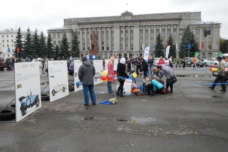 Дети собирают паззл с изображением машины Dscn4646