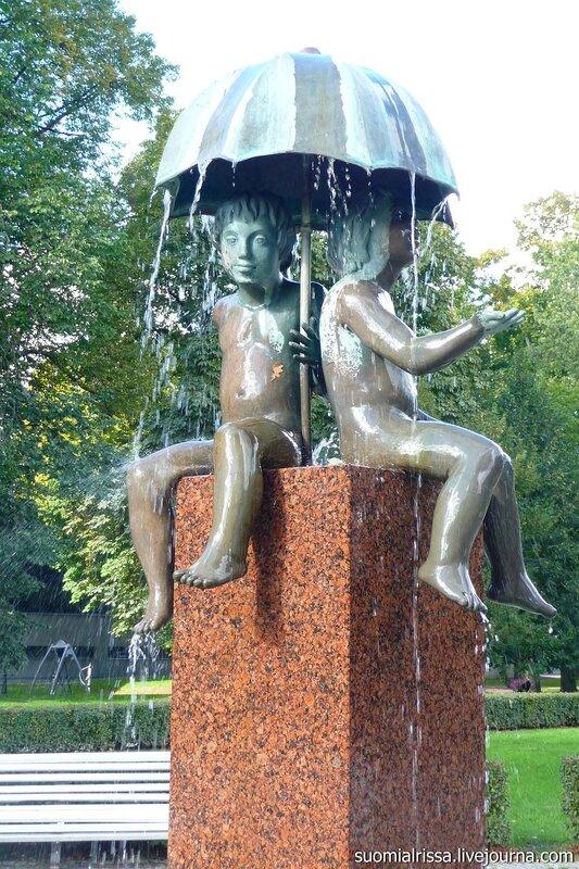 """Фонтан """"Дети под зонтиком""""."""