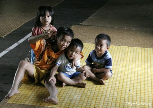 Детки в Longhouse или длинном доме