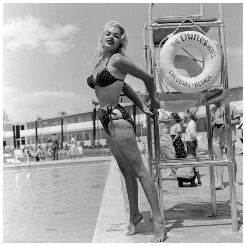1950-е. Джейн Мэнсфилд позирует в бикини возле с вышкой спасателей в Dunes Hotel, Лас-Вегас, штат Невада